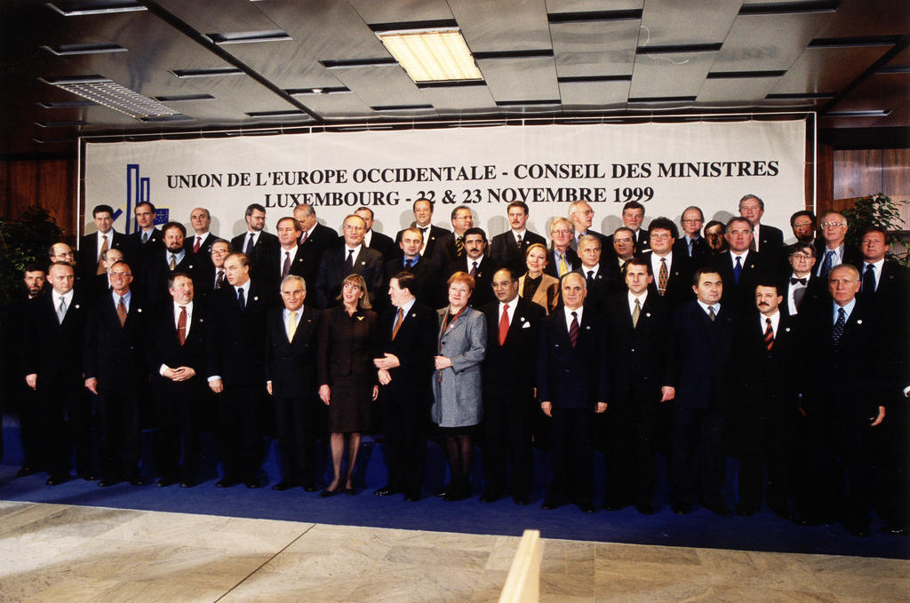 Group photograph of the WEU Council of Ministers in Luxembourg (22 and 23 November 1999)