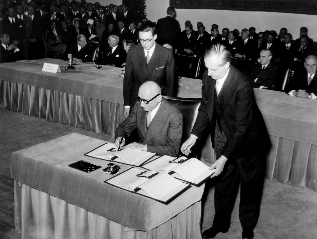 Robert Schuman signs the Bonn Agreements (26 May 1952)