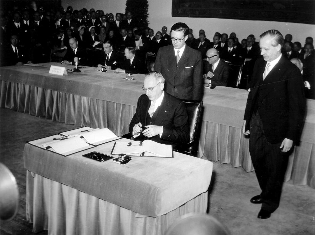 Dean Acheson signs the Bonn Agreements (26 May 1952)