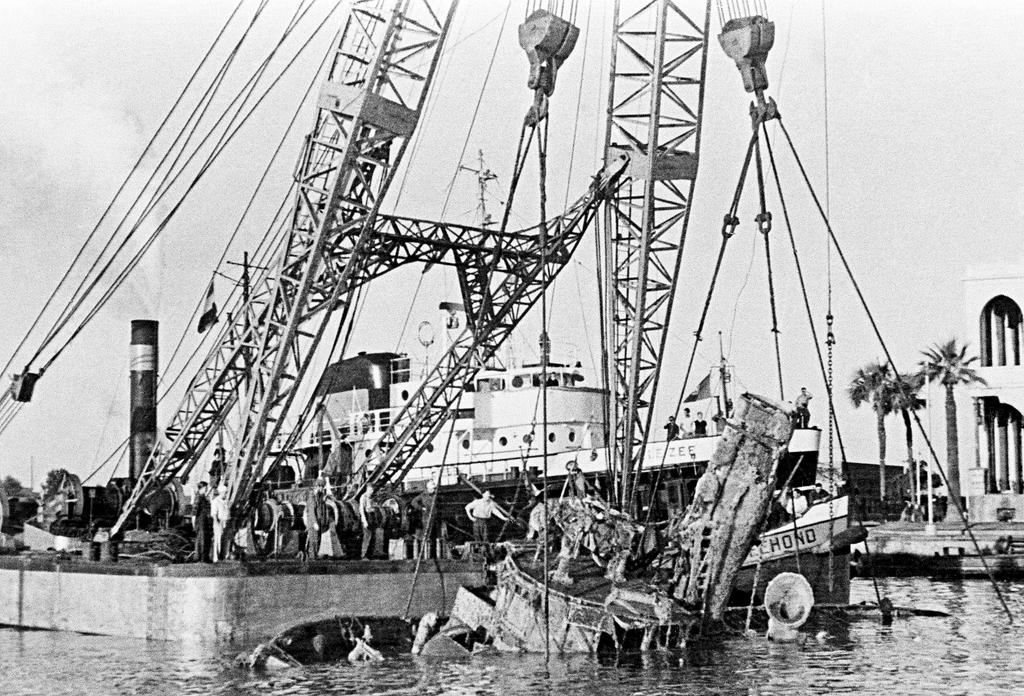 Clearance of the Suez Canal: refloating the wreck of the Egyptian tug <i>Ardent</i> (2 January 1957)