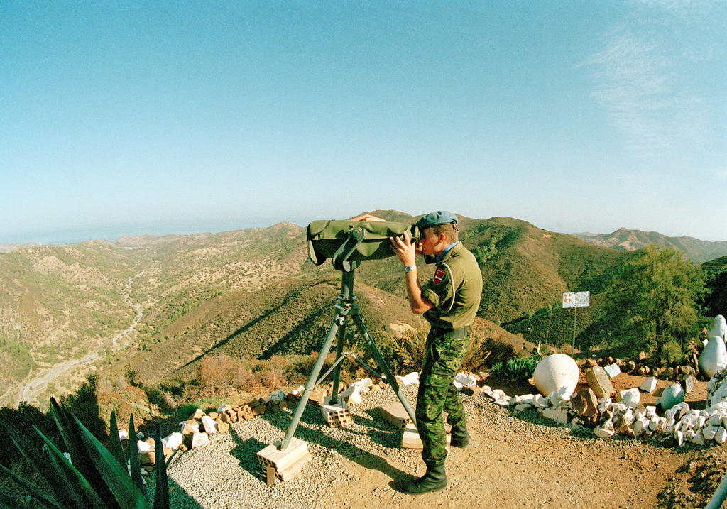UNFICYP soldier monitoring the demarcation line (Cyprus, 17 November 1990)