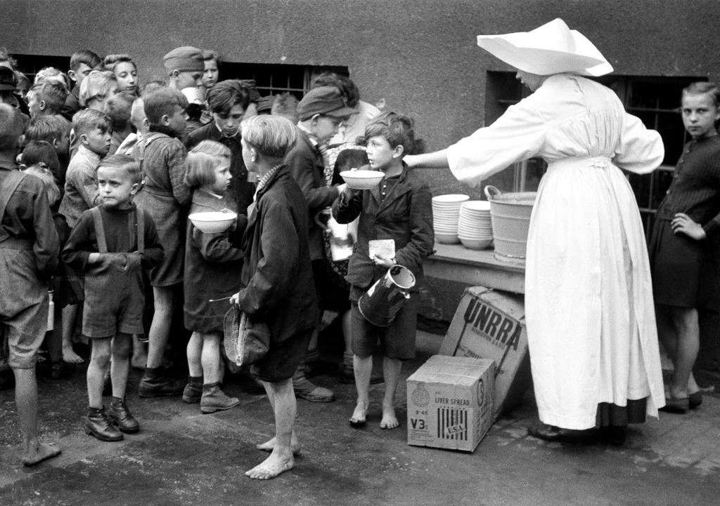 Distribution of food under the UNRRA aid programme (Belgium, 1 January 1946)
