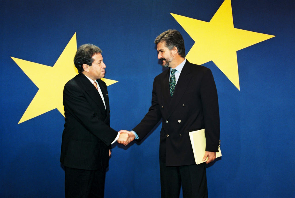 Fabián Alarcón Rivera is received by Manuel Marín González (Brussels, 17 October 1997)