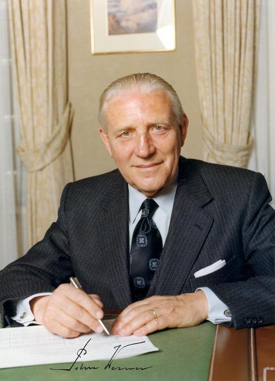 Pierre Werner à son bureau