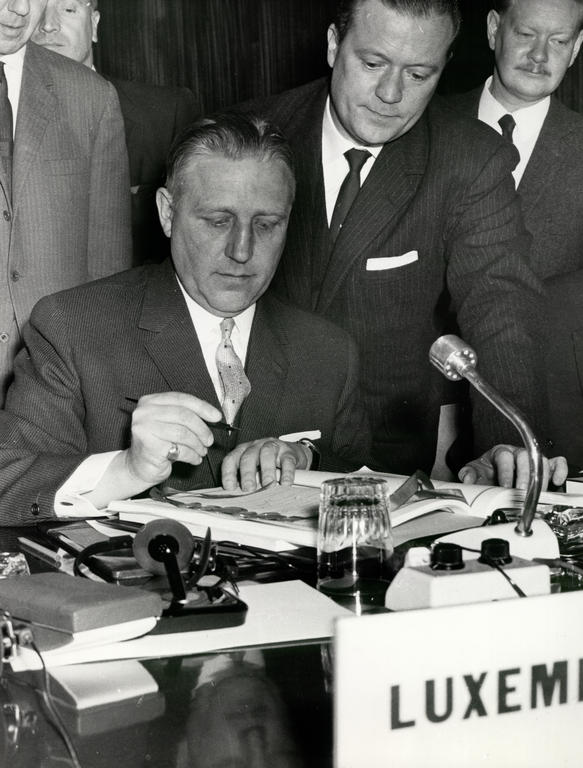Pierre Werner signs the Merger Treaty (Brussels, 8 April 1965)