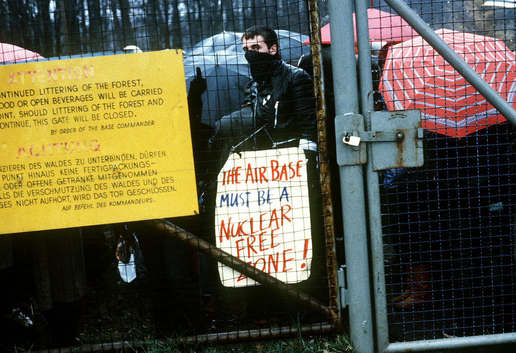 Demonstrations against the installation of Pershing II and cruise missiles in Europe — Rhein-Main US Air Base (Frankfurt, 12 December 1982)