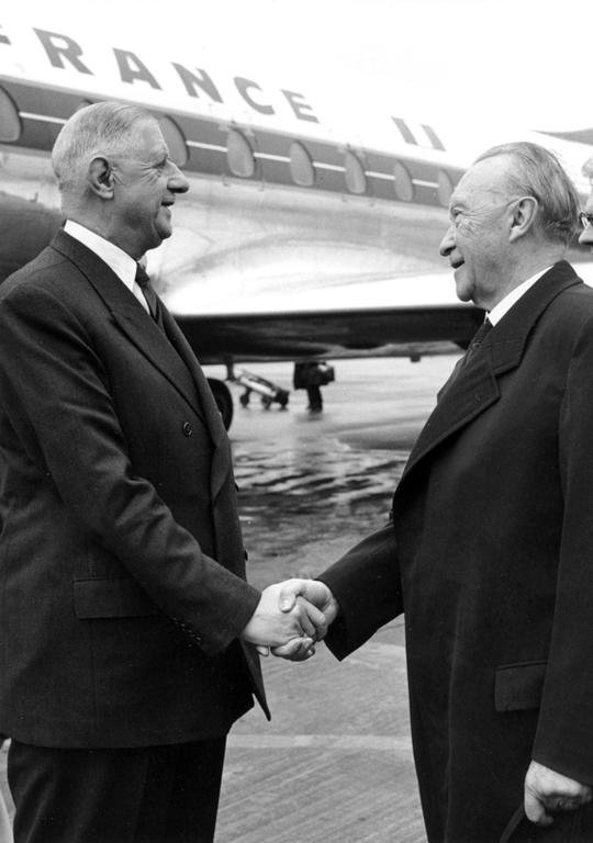 Konrad Adenauer welcomes French President Charles de Gaulle (Cologne-Wahn, 18 July 1961)