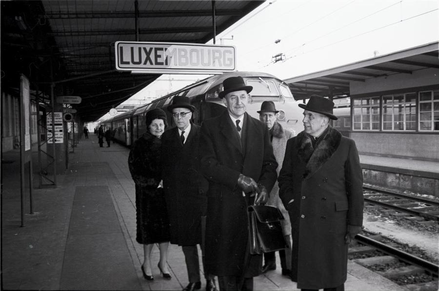Arrival of the Dutch delegation at Luxembourg station ahead of the Luxembourg Extraordinary Council (17 January 1966)